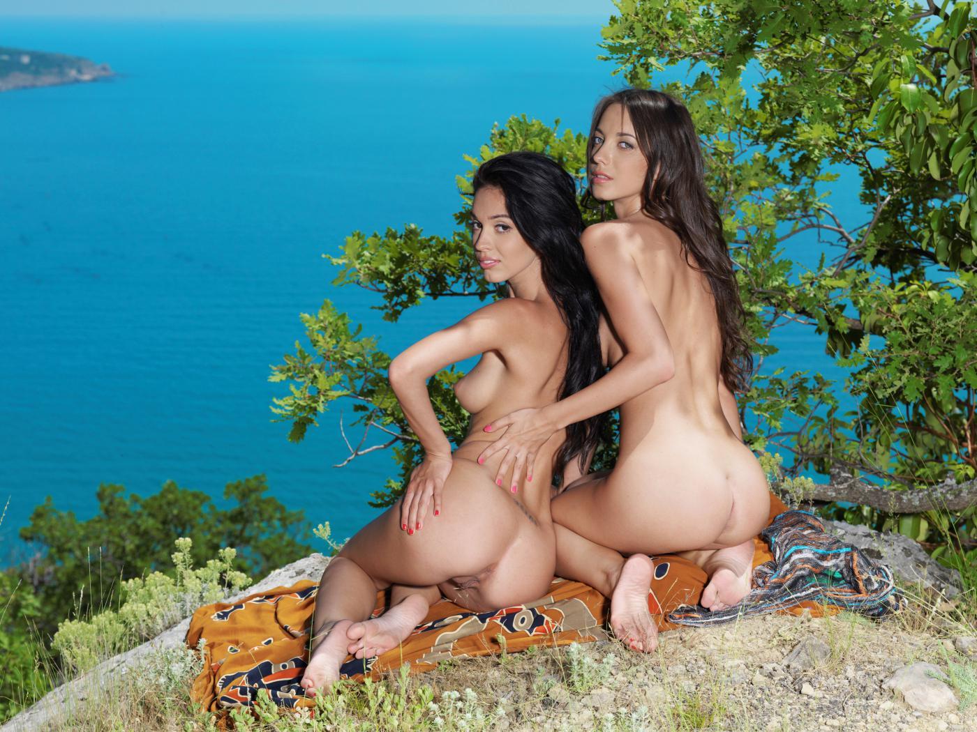 Смотреть целуют голые онлайн